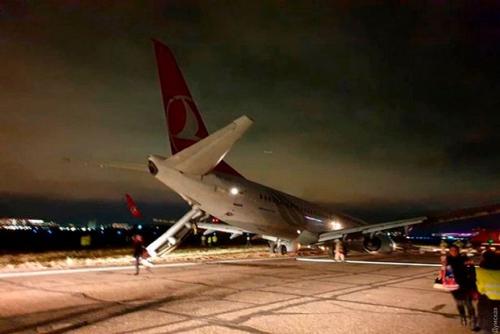 Mengerikan, Pesawat Bermuatan 134 Penumpang Koyak Diterjang Badai Kamis Malam