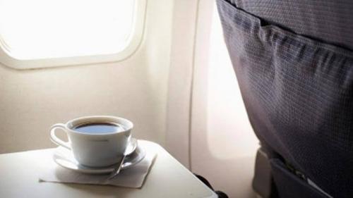 Pengakuan Pramugari Ini Akan Membuat Anda Tak Berminat Lagi Minum Kopi di Pesawat