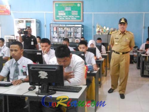 Tinjau UNBK Dua SMKN di Tembilahan, Gubri Syamsuar : Kualitas Pendidikan Persiapkan Anak Berdaya Saing