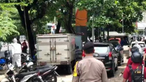 Didatangi Polisi Pakai APD Hazmat, Warga Berhamburan