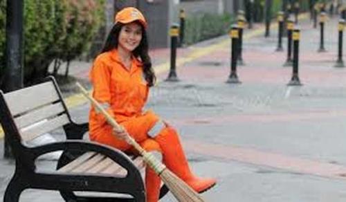 Kasihan, Petugas Kebersihan Cantik Sellha Purba Ditabrak Saat Menyapu Jalan, Telinganya Robek dan Hidung Lecet