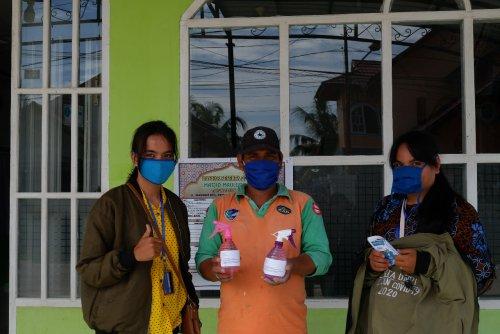 Tim Kukerta Unri Relawan Covid-19 di Tanjung Palas Dumai Bagikan Disinfektan Buatan untuk Masyarakat
