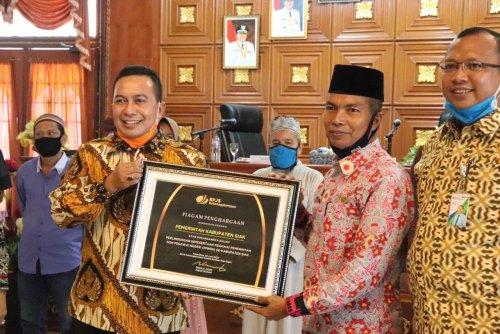 Komitmen Berikan Jaminan Perlindungan kepada Tenaga Honorer, Pemkab Siak Terima Penghargaan dari BPJS Ketenagakerjaan