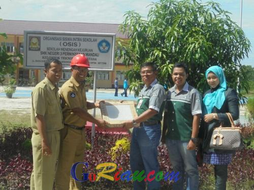 SMKN 3 Perminyakan Mandau Terima Bantuan Keramik dan Bibit Pohon dari PT Terralog Teknologi Indonesia