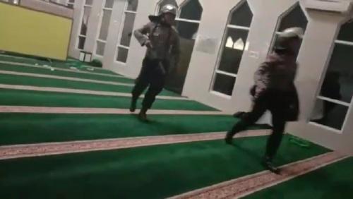 Sejumlah Polisi Masuk Masjid Pakai Sepatu, Polda Sulsel Minta Maaf