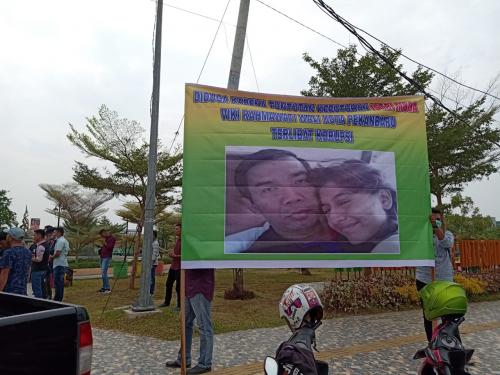 Gelar Aksi di Rumah Dinas Walikota Pekanbaru, GMP2R Pasang Spanduk Firdaus dan Istri Muda