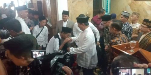 Usai Shalat Jumat di Masjid At-Taqwa, Jamaah Cium Tangan Prabowo dan Teriakkan Selamat Jalan Pak Presiden