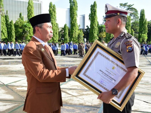 Peduli Pendidikan di Riau, Gubri Syamsuar Berikan Penghargaan pada Bripka Ralon Manurung