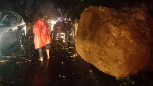 Longsor di Lintas Padang-Painan, Batu Besar Timpa Mobil, 3 Orang Luka Berat
