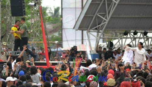 Meski Dihalau Paspampres, Pemuda Berbaju Kuning di Dumai Tetap Bisa Swafoto dengan Jokowi dan Iriana