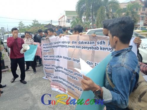 Datangi PN Pekanbaru, Puluhan Mahasiswa Desak Hakim Hadirkan Wakil Bupati Bengkalis di Sidang Korupsi Pipa Transmisi