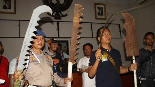 Gila! Ngakunya Mau Sahur, Wanita Hamil Malah Ikut Tawuran Bawa-bawa Senjata di Jalan