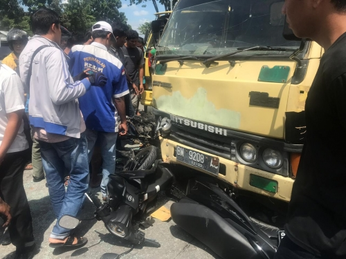 Dua Motor Hancur Ditabrak Truk di Simpang Stadion Utama Riau