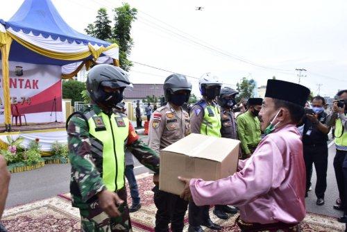 Peringati HUT Bhayangkara, Polres Bengkalis Bagi Sembako untuk Masyarakat Terdampak Covid-19