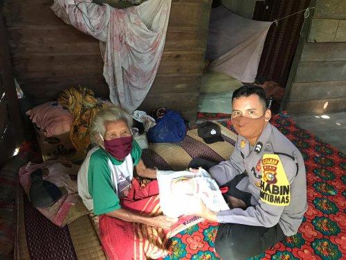 Personil Polsek Tebingtinggi Barat Salurkan Paket Sembako ke 11 Desa di Pulau Merbau