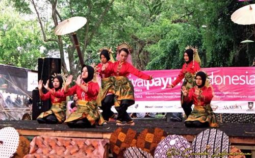 Sanggar Sri Gemala Laksamana Tampil Menarik di Festival Payung Indonesia 2016