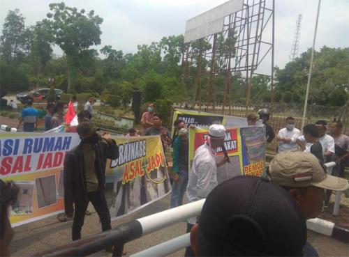 Warga Bukit Ranah Demo ke Kantor Bupati Minta Kadesnya Dinonaktifkan