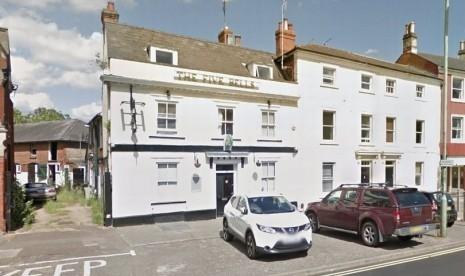 Komunitas Muslim Inggris Beli Bar dan Menjadikannya Masjid