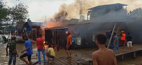 Kapal Bermuatan Elpiji yang Meledak dan Terbakar di Tembilahan Juga Sambar Rumah Warga, 3 Hangus 1 Dirubuhkan