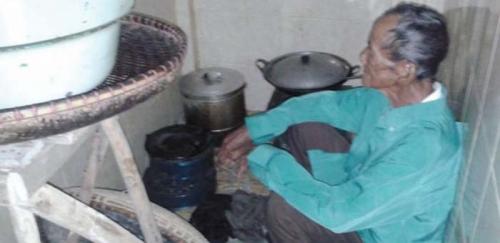 Menyedihkan... Kakek Berusia 102 Tahun Ini Tinggal di Jamban Setelah Gubuknya Digusur
