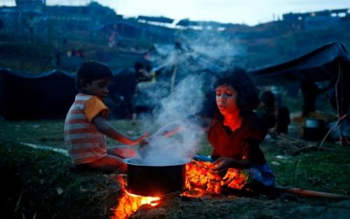 Memilukan, Balita Muslim Rohingya yang Kelaparan Terpaksa Disuapi Ibunya Rumput