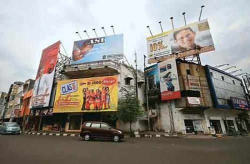 Berbeda dengan Pekanbaru, Jakarta Bongkar Seluruh Reklame yang Tersebar di Jalanan