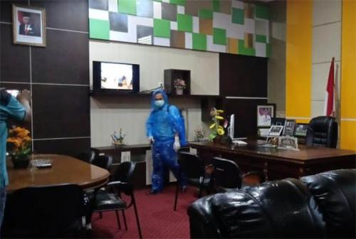 Koordinasi dengan Diskes, Setwan Semprotkan Disinfektan di Gedung DPRD Kuansing