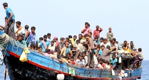 Ditolak Malaysia dan Dilarang Bangladesh Mendarat, 500 Muslim Rohingya Terlunta di Laut Tanpa Makanan