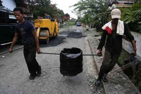 Lebaran Makin Dekat, Perbaikan Jalan Alternatif Utama Lintas Tengah Sumatera yang Rusak Parah Belum Rampung