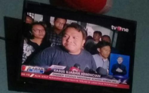 Ditangkap Tengah Malam, Aktivis Dandhy Laksono Dibebaskan dengan Status Tersangka
