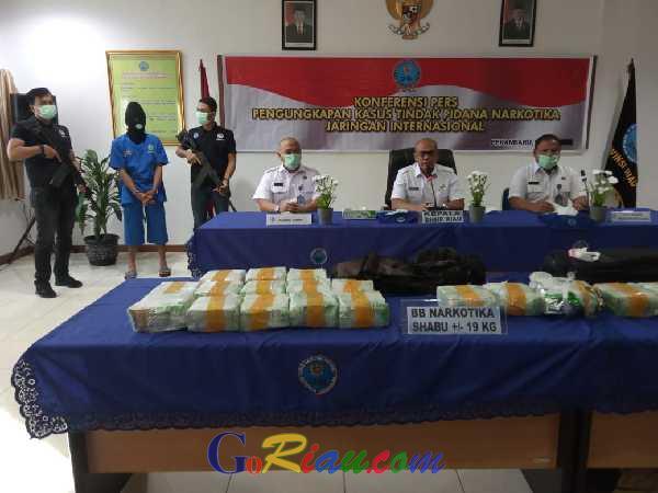 Luar Biasa, Pemuda 23 Tahun di Riau Ini Tanpa Beban Bawa 19 Kg Sabu Pakai Rangsel
