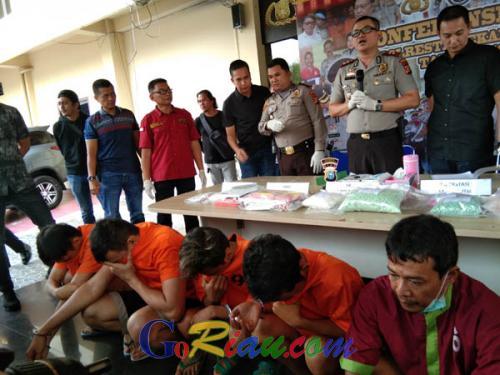 Kos-kosan di Jalan Pahlawan Kerja Pekanbaru Digerebek Polisi, Ternyata Ada Satu Kilogram Sabu