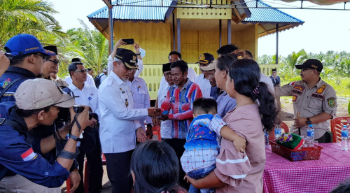 Warga Suku Akit Desa Bungur Rangsang Pesisir Terima Bantuan 38 Unit RLH dan Balai Pertemuan