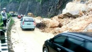 Tebing Longsor, Jalur Lintas Riau-Sumbar Terpaksa Buka Tutup