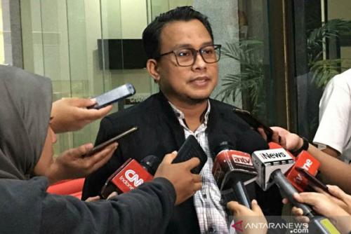 KPK Serahkan Tersangka Korupsi Peningkatan Jalan Batu Panjang - Pangkalan Nyirih Bengkalis ke Jaksa, Sidang Digelar di Pekanbaru