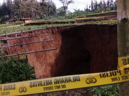 Didahului Dentuman Keras, Muncul Lubang Raksasa Sedalam 12 Meter di Sukabumi, Ini Penampakannya