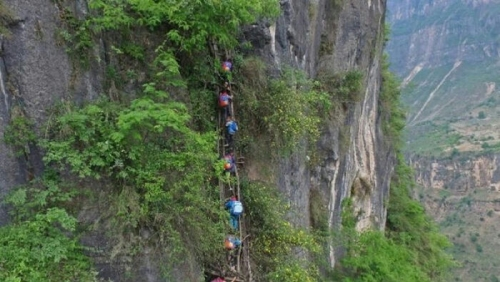 Mendebarkan, Anak-anak di Desa Ini Harus Panjat Tebing Terjal Setinggi 800 Meter untuk Sampai ke Sekolah