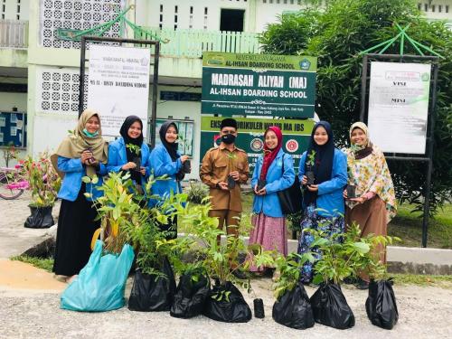 KKN-DR UIN Suska Riau Lakukan Gerakan Penghijauan dan Apotek Hidup