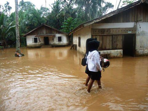 Diterjang Banjir, Dapur Rumah Wanita Paroh Baya di Rohul Porak-poranda