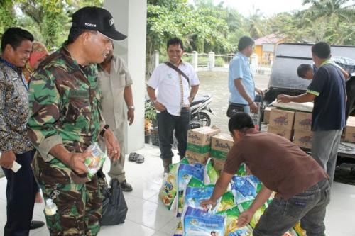 PT Inti Indosawit Subur Bantu Korban Banjir di Tanjung Pauh