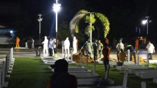 Hadiri Pemakaman Suaminya, Istri Wali Kota Tanjungpinang Duduk di Kursi Roda Pakai APD Lengkap
