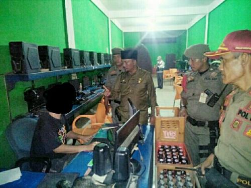 Langgar Jam Operasional saat Ramadan, Satpol PP Pelalawan Angkut Peralatan Warnet