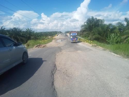 Jalan Lintas Provinsi Riau Penghubung 3 Kabupaten di Wilayah Siak Rusak Parah