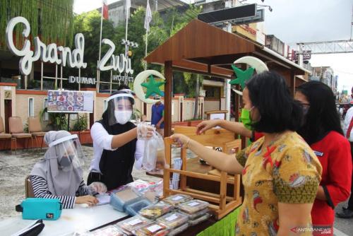 Pemprov Riau Salurkan 2.876 Paket Sembako untuk Korban PHK