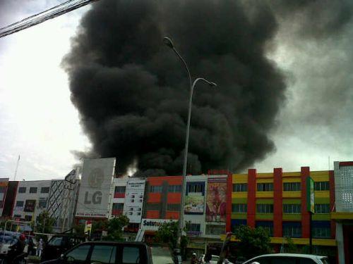 Pasar Senggol Giant Panam Terbakar, Ratusan Kios Ludes