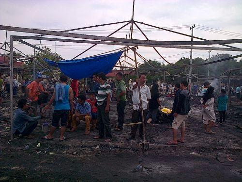 Pedagang Mulai Membersihkan Pasar Senggol