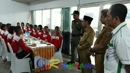 Wabup Zardewan Tinjau dan Motivasi Paskibraka Pelalawan