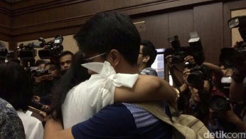 Dituntut 6 Tahun Bui, Anggota DPR Damayanti Peluk Kedua Anaknya Sambil Menangis