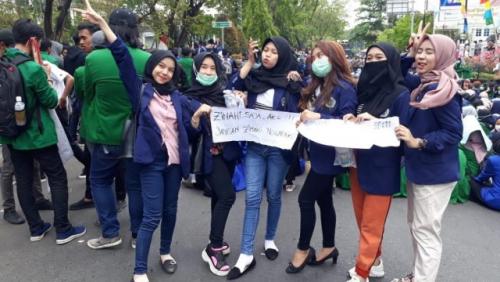 6 Mahasiswi Uniska Pegang Poster Zinahi Saja Aku Saat Demo, Ini Penampakan dan 7 Faktanya