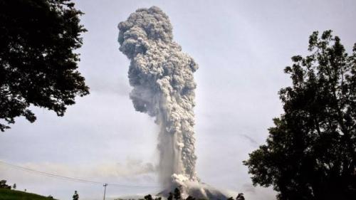 Gunung Sinabung Semburkan Abu Vulkanik dan Awan Panas Setinggi 2 Kilometer
